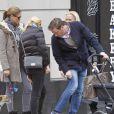 La princesse Madeleine de Suède, Chris O'Neill et leur fille Leonore et des amies se promènent à Central Park le 22 mars 2014 à New York : un petit souci avec sa chaussure Chris ?