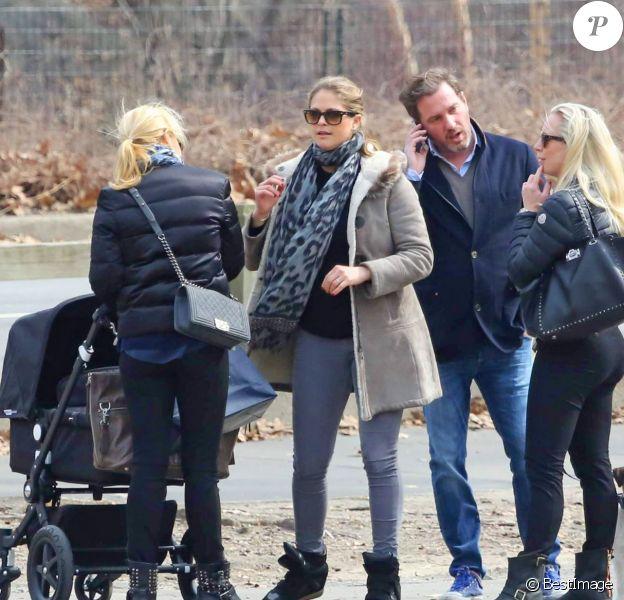 La princesse Madeleine de Suède, Chris O'Neill et leur fille Leonore et des amies (Charlotte Cederlund et Katarina von Horn) se promènent à Central Park le 22 mars 2014 à New York