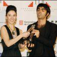 """Sibel Kekilli et le réasateur Fatih Akin, tous les deux récompensés pour """"Head-On"""" aux European Film Academy Awards, à Barcelonne le 11 décembre 2004."""