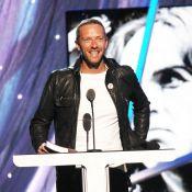 Chris Martin : Bronzé et sans son alliance pour la consécration de Peter Gabriel