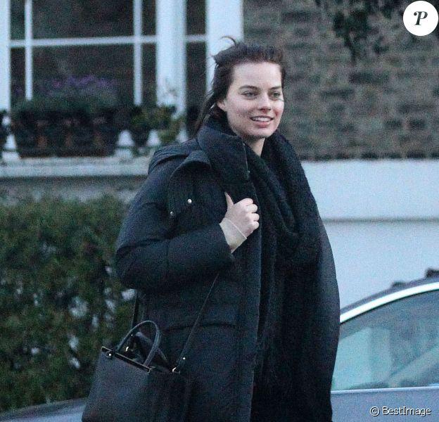 Exclusif - L'actrice australienne Margot Robbie se promène, souriante, avec des amis dans les rues de Londres, le 9 avril 2014.