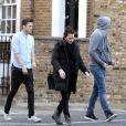 Exclusif - L'actrice australienne Margot Robbie brune et avec des amis dans les rues de Londres, le 9 avril 2014.