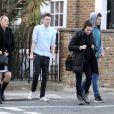 Exclusif - L'actrice australienne Margot Robbie se promène avec des amis dans les rues de Londres, le 9 avril 2014.
