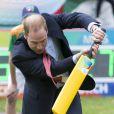 Le prince William n'a pas fait semblant, le 14 avril 2014, à un événement pour la promotion de la Coupe du monde de cricket 2015, à Christchurch, en Nouvelle-Zélande, au 8e jour de leur tournée officielle.
