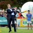 Le duc, ici en plein effort, et la duchesse de Cambridge ont pris part le 14 avril 2014 à un événement pour la promotion de la Coupe du monde de cricket 2015, à Christchurch, en Nouvelle-Zélande, au 8e jour de leur tournée officielle.