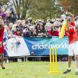 Kate Middleton, en talons hauts et ensemble Luisa Spagnoli déjà porté en 2011, s'est montrée très volontaire le 14 avril 2014 lors d'un événement pour la promotion de la Coupe du monde de cricket 2015, à Christchurch, en Nouvelle-Zélande, au 8e jour de sa tournée officielle avec William.