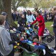 Le prince William et Kate Middleton ont rencontré cinq paires de jumeaux, le 14 avril 2014 à Christchurch. Le duc de Cambridge a dit espérer qu'on ne lui demande pas de faire du baby sitting.
