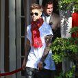 Justin Bieber pose avec ses fans à la sortie de son hôtel à Beverly Hills, le 16 avril 2014.