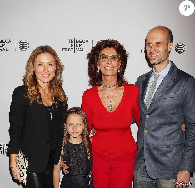 Sophia Loren avec son fils Edoardo Ponti, la femme de ce dernier Sasha Alexander et leur fille Lucia Sofia Ponti lors du festival du film de Tribeca à New York le 21 avril 2014