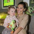La princesse Victoria avec sa fille la princesse Estelle de Suède à l'aquarium du zoo de Stockholm le 16 avril 2014