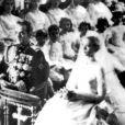Le mariage religieux en la cathédrale de Monaco de Grace et du prince Rainier III le 19 avril 1956. Grace Kelly, devenue princesse princesse Grace consort de Monaco, porte une robe créée par la costumière Helen Rose et offerte par le studio avec lequel elle est sous contrat, la Metro-Goldwyn Mayer