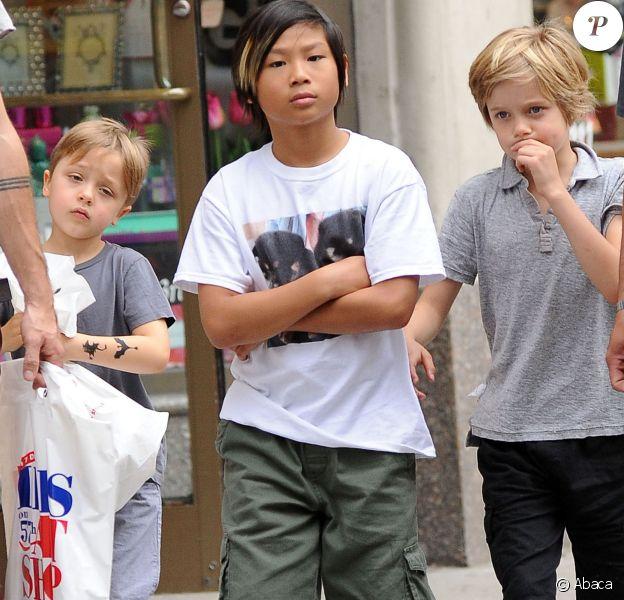Pax, Shiloh et Knox, trois des enfants de Brad Pitt et Angelina Jolie, en balade à New York le 12 mai 2014, avec un passage dans la boutique Lee's Art Shop