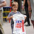 Knox Jolie-Pitt en balade à New York le 12 mai 2014, avec un passage dans la boutique Lee's Art Shop