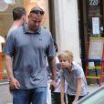 Les enfants de Brad Pitt et Angelina Jolie, Shiloh et Pax dans les rues de New York en balade à New York le 12 mai 2014, avec un passage dans la boutique Lee's Art Shop