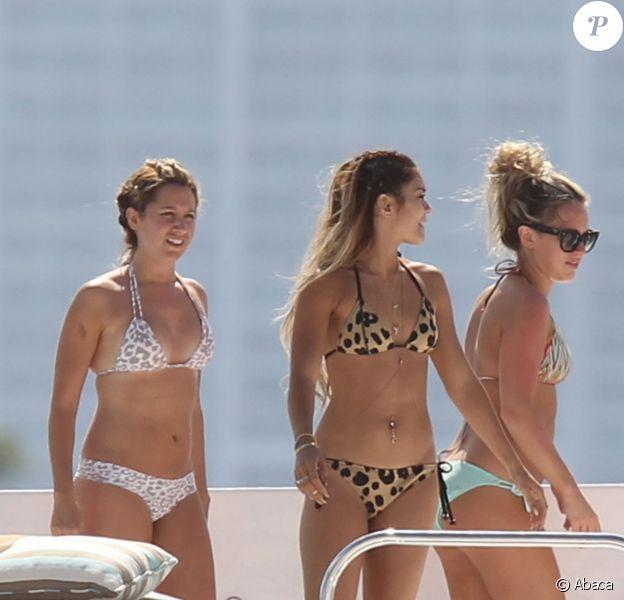 Ashley Tisdale et Vanessa Hudgens, accompagnées de quelques amies, font la fête sur un yacht à Miami, le samedi 17 mai 2014.