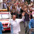 Sir Jack Brabham porte la flamme olympique dans les rues de Byron Bay, le 25 août 2000