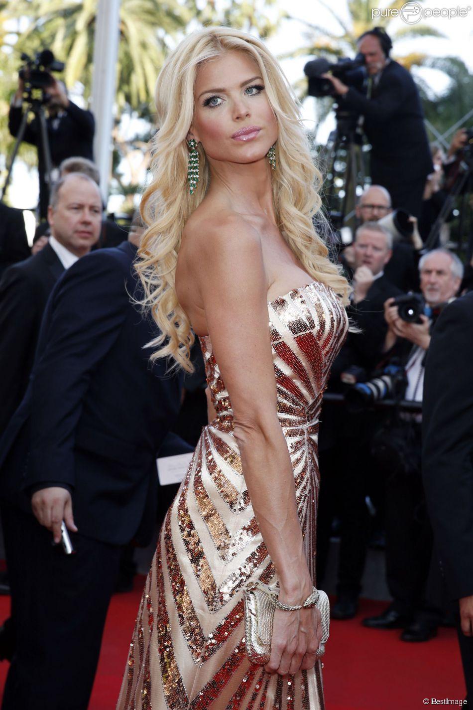 """Victoria Silvstedt lors de la montée des marches du film """"Deux jours, une nuit"""" lors du 67e Festival du film de Cannes le 20 mai 2014."""