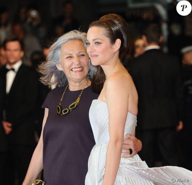 Festival de Cannes 2014 : Marion Cotillard pose avec sa mère Niseema Theillaud sur le tapis rouge de la montée des marches du film de son compagnon Guillaume Canet, L'homme qu'on aimait trop