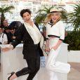 Festival de Cannes 2014 : Juliette Binoche montre à sa jeune partenaire dans Sils Maria, Chloë Grace Moretz, comment on peut s'amuser lors d'un photocall. Son énergie est contagieuse !