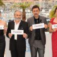 Festival de Cannes 2014 : Nuri Bilge Ceylan et ses acteurs de Winter Sleep tiennent des pancartes #soma, à la mémoire des victimes de la catastrophe de la mine de Soma en Turquie