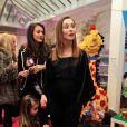 """Exclusif - Isabella Orsini, princesse de Ligne de la Tremoïlle, enceinte et avec sa fille Althea, lors de la présentation du Spot """"e-fluent mums"""", le salon des parents blogueurs, au Salon Richelieu à Paris le 4 décembre 2013."""