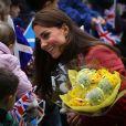 Kate Middleton, pour son premier engagement officiel depuis son retour d'Australie un mois plus tôt, a reçu un accueil vibrant et riche en cadeaux, en visite avec William à Crieff, dans la région de Strathearn dont ils sont comte et comtesse, en Ecosse, le 29 mai 2014.