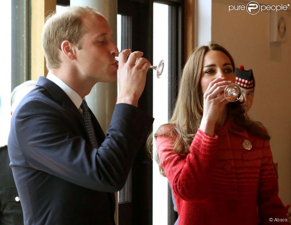 Kate Middleton et le prince William, connus comme la comtesse et le comte de Strathearn en Ecosse, n'ont pas pu résister à une dégustation de whisky lors de leur visite à la distillerie The Famous Grouse, à Crieff, le 29 mai 2014