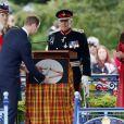 Sous les yeux de Kate Middleton, le prince William dévoile une plaque au MacRosty Park de Crieff, le 29 mai 2014, en Ecosse, où le duc et la duchesse de Cambridge sont connus comme le comte et la comtesse de Strathearn