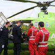 Le prince William, comte de Strathearn en Ecosse, en discussion avec des pilotes des ambulances aériennes écossaises, le 29 mai 2014 à Crieff. Le duc de Cambridge se verrait bien embrasser ce métier pour le compte d'East Anglia's Children Hospices, que parraine son épouse Kate Middleton.