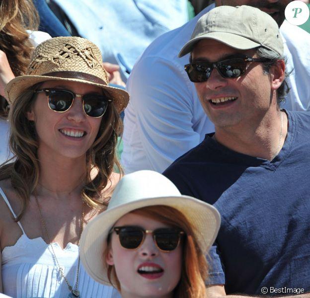 Laura Smet et son nouveau compagnon : amoureux et complices durant la demi-finale hommes des Internationaux de France de tennis de Roland Garros à Paris, le 6 juin 2014.