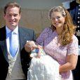 La princesse Madeleine et son époux Chris O'Neill ont posé avec bonheur avec leur fille la princesse Leonore lors de son baptême le 8 juin 2014 en la chapelle du palais Drottningholm à Stockholm.