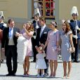 Les parrains et marraines ont posé à l'extérieur de la chapelle royale au baptême de la princesse Leonore de Suède, fille de la princesse Madeleine et de Christopher O'Neill, le 8 juin 2014 au palais Drottningholm à Stockholm.