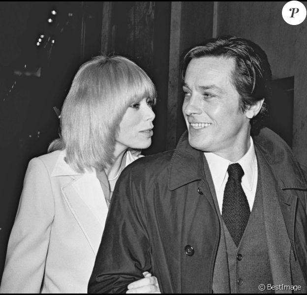 Mireille Darc et Alain Delon lors du festival du film de Paris en 1975