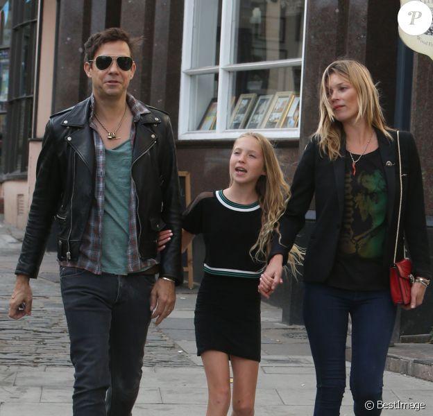 Exclusif - Kate Moss, son mari Jamie Hince et sa fille Lila Grace profitent de leur journée pour faire du shopping à Hampstead. Londres, le 17 juin 2014.