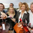 Bernard Montiel, Nathalie Dessay, Corinne Touzet prennent la pose pour les vins Bordeaux Rosés durant La Fête Du Vin 2014 à Bordeaux, le 28 juin 2014.