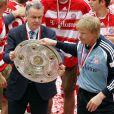 Oliver Kahn et Ottmar Hitzfeld célèbrent le titre de champion d'Allemagne à l'Allianz-Arena de Munich, le 17 mai 2008