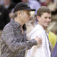 John McEnroe et son fils Sean lors d'un match des Los Angeles Lakers le 30 décembre 2000 à Los Angeles