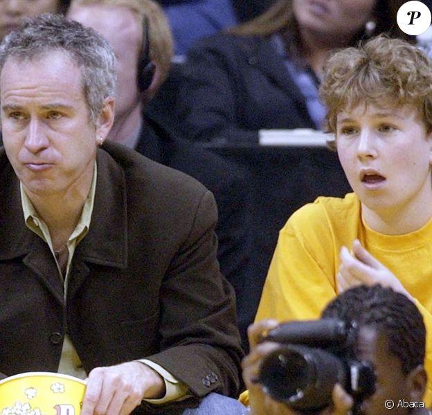 John McEnroe et son fils Kevin lors d'un match entre les Lakers de Los Angeles et les Mavericks de Dallas, au Staples Center de Los Angeles, le 19 mars 2002