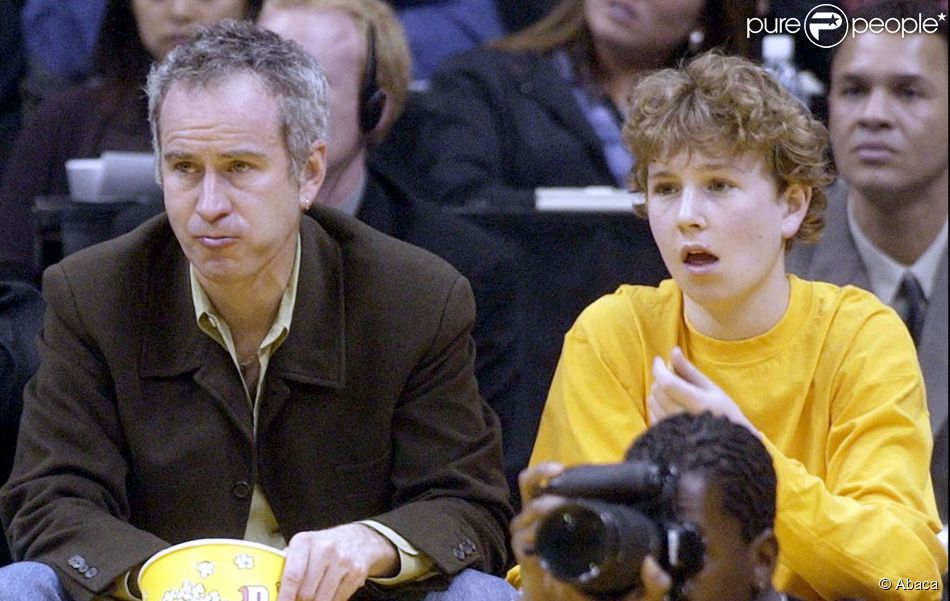 John McEnroe et son fils Kevin lors d'un match entre les Lakers de Los Angeles et les Mavericks de Dallas, au Staples Center de Los Angeles, le 19 mars 2002
