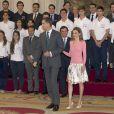 Le roi Felipe VI et la reine Letizia d'Espagne ont reçu les cinquante participants de la 9e édition du programme Bourses Europa de l'université Francisco de Vitoria le 17 juillet 2014 au palais de la Zarzuela à Madrid.