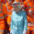 La reine Elizabeth II a posé avec les ouvriers lors de la réouverture officielle de la gare de Reading après des travaux de rénovation, le 17 juillet 2014. Un tableau fort en contraste.