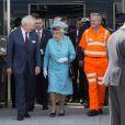 Elizabeth II a posé avec les ouvriers lors de la réouverture officielle de la gare de Reading après des travaux de rénovation, le 17 juillet 2014. Un tableau fort en contraste.