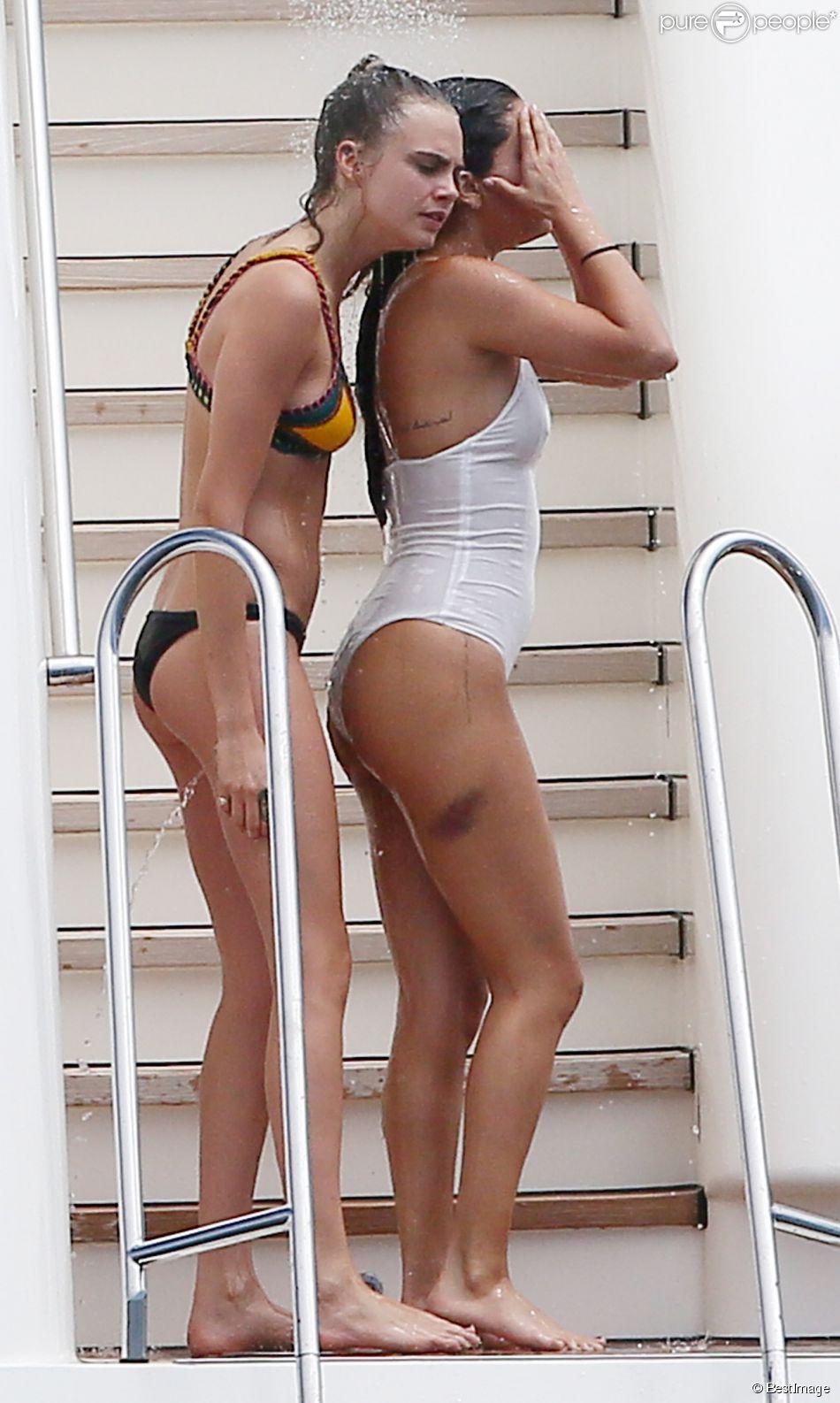 Selena Gomez et Cara Delevingne se baignent et profitent de leurs vacances sur le bateau Ecstasea à Saint-Tropez, le 23 juillet 2014.