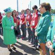 La reine Elizabeth II salue les hockeyeuses australiennes aux Jeux du Commonwealth à Glasgow le 24 juillet 2014, premier jour de compétition.