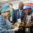 La reine Elizabeth II reçoit un cadeau du Sierra Leone aux Jeux du Commonwealth à Glasgow le 24 juillet 2014, premier jour de compétition.