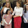 La reine Letizia d'Espagne en audience avec une délégation de l'association Debra España au palais de la Zarzuela à Madrid le 28 juillet 2014.