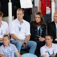 Le prince Harry, le prince William, la duchesse Catherine de Cambridge et le prince Edward, comte de Wessex en tribunes à Glasgow lors du match de hockey entre l'Ecosse et le Pays de Galles aux XXe Jeux du Commonwealth le 28 juillet 2014