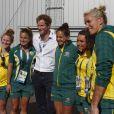 Le prince Harry avec des hockeyeuses australiennes aux XXe Jeux du Commonwealth, le 28 juillet 2014 à Glasgow.