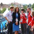 Le prince William, Kate Middleton et le prince Harry ont rencontré des membres du staff à Hampden Park lors des XXe Jeux du Commonwealth à Glasgow, le 29 juillet 2014.
