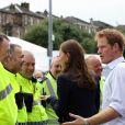 Le prince Harry, le prince William, et Kate Middleton rencontrent des stadiers en quittant Hampden Park le 29 juillet 2014 aux XXe Jeux du Commonwealth.